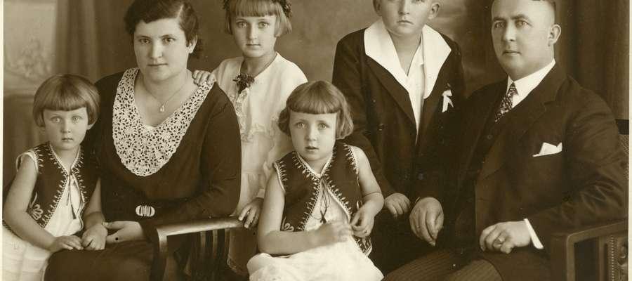 Seweryn Pieniężny (1890-1940) z żoną Wandą i dziećmi: Marią, Ewą, Haliną i Kostkiem, początek lat 30. Olsztyn