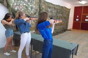Warsztaty strzelania z broni pneumatycznej w bartoszyckiej