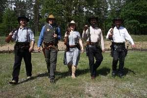 W kowbojskich strojach walą z broni jak w westernie [ZDJĘCIA, VIDEO]