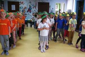 Zabawy przedszkolaków z owocami i warzywami