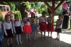 Dzień Matki  w Domu Opieki w Szczurkowie z udziałem dzieci ze szkoły w Żydowie.