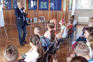 Autor książek dla dzieci Wojciech Widłak odwiedził iławską bibliotekę