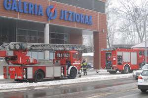 Wypadek w galerii handlowej. Mężczyzna trafił do szpitala po upadku ze schodów