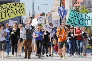 Bibliotekarz fajny jest! W Olsztynie odbył się pierwszy w Polsce Marsz Bibliotekarzy [ZDJĘCIA, VIDEO]