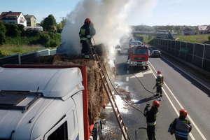 Pożar na obwodnicy Mrągowa. Zapaliła się ciężarówka wioząca słomę