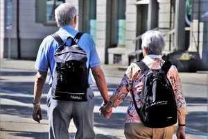 Emerytury idą w dół, a emeryci muszą trzymać się za kieszeń