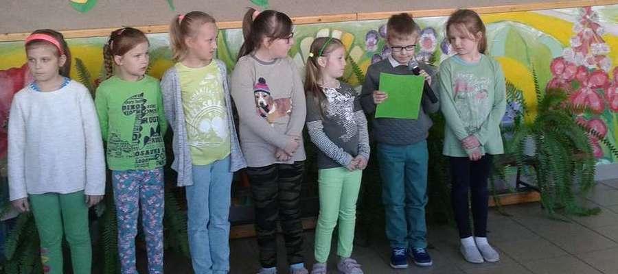 Uczniowie klasy pierwszej Szkoły Podstawowej w Kiwitach przygotowali  montaż słowno-muzyczny o naszej planecie i potrzebie dbania o jej stan i kondycję.