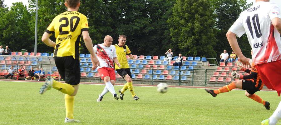 Kamil Kopycki strzela pierwszą bramkę dla Polonii w sobotnim meczu