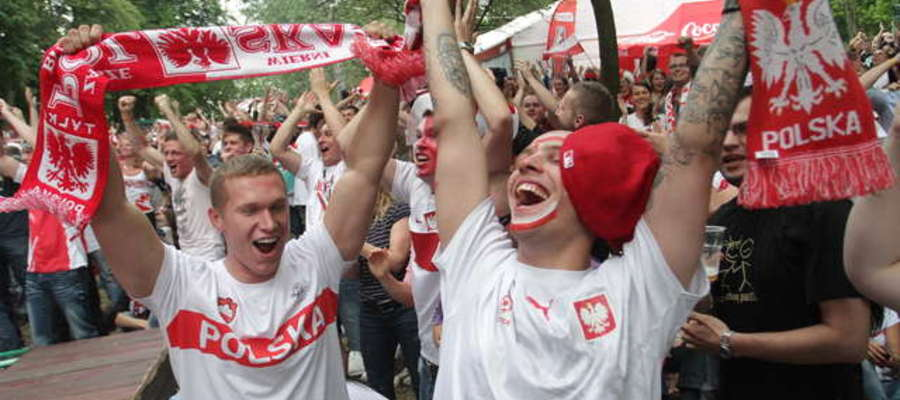 Zdjęcie jest ilustracją do artykułu. Tak cieszyli się olsztyńscy kibice po golu Polski w meczu z Grecją (Euro 2012)