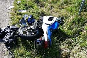 Kierowca fiata nie ustąpił pierwszeństwa, motocyklista uderzył w samochód