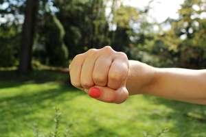 Kobieta też wyzywa i bije