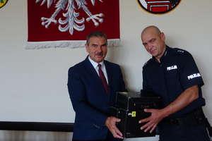 Policjanci z Orzysza otrzymali od burmistrza narkotestery i narkogogle