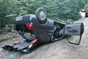 """18-latek """"przeszarżował""""? Auto dachowało, pasażerka w szpitalu"""