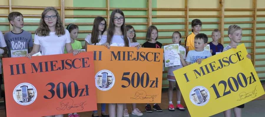 Uczniowie zadowoleni z nagród za zbiórkę makulatury