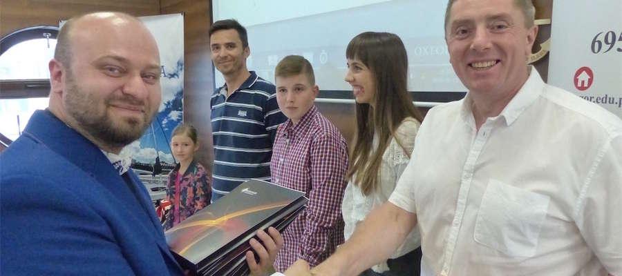 Grzegorz Olszewski (z lewej), właściciel Szkoły Językowej GREGOR wręczał certyfikaty kursantom