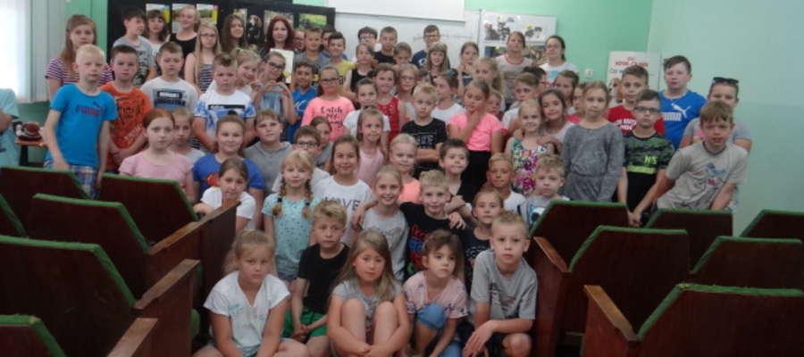 Maluszki z Przedszkola nr 6 i uczniowie ze Szkoły Podstawowej nr 1 w Lidzbarku Warmińskim podarowali karmę, zabawki i kocyki bezdomnym zwierzętom z przytuliska w Kiwitach.