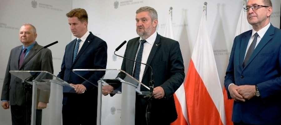 Fot. Minister J.K. Ardanowski przedstawia informację nt. suszy rolniczej