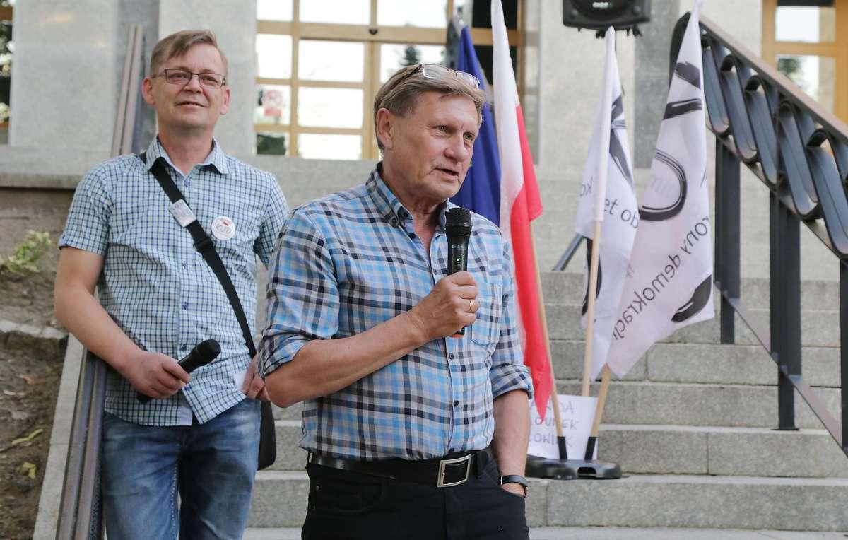 Protest pod Sądem  Olsztyn-protest pod sądem w obronie konstytucji Nz.Leszek Balcerowicz - full image