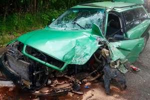 Czołowe zderzenie dwóch samochodów osobowych w Kokoszewie