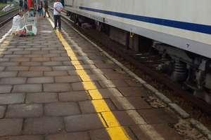 Utrudnienia na kolei. Pociąg stanął w polu