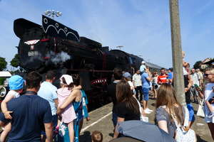 Kolejowy Żagiel na peronie w Mrągowie
