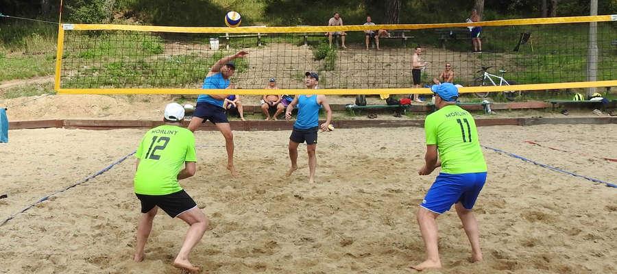 Dwanaście par wystartowało na plaży miejskiej w turnieju oldbojów