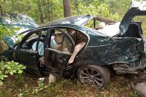 Wjechała bmw do lasu i uderzyła w kilka drzew. Ranna 18-letnia pasażerka