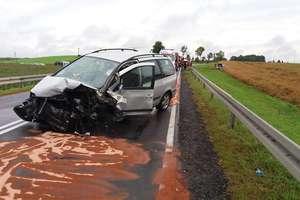 Zderzenie dwóch samochodów osobowych. Jedna osoba trafiła do szpitala