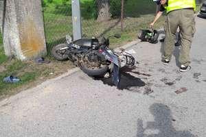 Nie zapanował nad motorowerem i uderzył w słup. Śmigłowiec ratunkowy zabrał go do Olsztyna