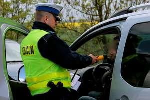 """Jechał autem pomimo zakazu sądu. Był poszukiwany do odbycia kary za jazdę z """"promilami"""""""