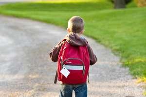 """""""Moje dziecko idzie do szkoły"""" — Sanepid radzi m.in. jaki plecak powinien mieć uczeń"""