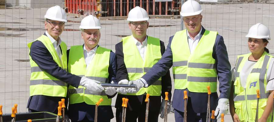 Wmurowanie kamienia Michelin Firma Michelin zainwestuje 210 milionów złotych w budowę nowoczesnej ciepłowni gazowej i gazociągu na terenie olsztyńskiej fabryki opon