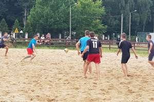 Pograli w piłkę nożną na piasku i wsparli chorą dziewczynkę [zdjęcia]