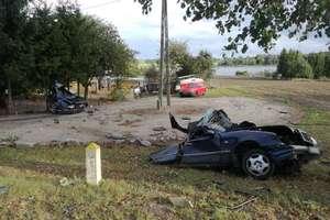 Uderzył w drzewo, a jego auto rozpadło się na części. Nie żyje 28-letni kierowca mercedesa [ZDJĘCIA]