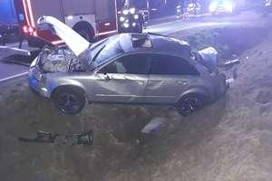 Audi dachowało w rowie. Trzy osoby przewiezione zostały do szpitala