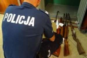 Ponad 20 lat znęcał się nad rodziną, a w szafie przechowywał broń i amunicję [ZDJĘCIA]