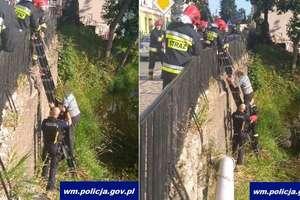 Chciał wyciągnąć banknot, który wpadł do rzeki. Zszedł z mostu po rurze i nie mógł się wydostać