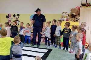 Dzielnicowy odwiedził przedszkolaki w Kiwitach