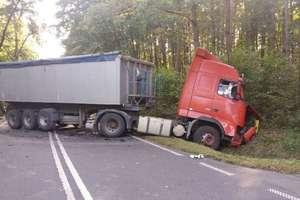 Śmiertelny wypadek na drodze wojewódzkiej. Nie żyje kobieta [AKTUALIZACJA, ZDJĘCIA]