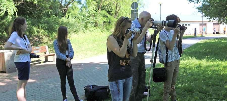Uczestnicy warsztatów poznawali tajniki fotografii pod okiem profesjonalistów