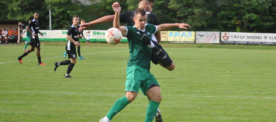 O piłkę z rywalem walczy Paweł Tomkiewicz (GKS, zielona koszulka), który w Elblągu zmarnował rzut karny, ale zdobył za to gola na 1:2