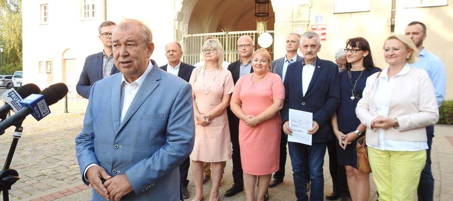 Konferencja prasowa elbląskiego Prawa i Sprawiedliwości w trakcie kampanii wyborczej we wrześniu tego roku