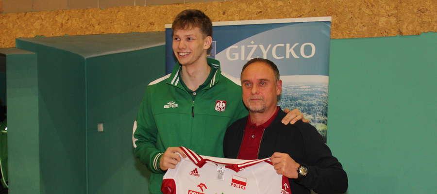 Fot. W 2017 r. Jakub Kochanowski uczestniczył w treningu siatkarskim w MOSiR-ze w Giżycku. Na zdjęciu ze swoim pierwszym trenerem Dariuszem Pachuckim