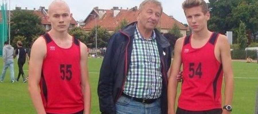 Na zdjęciu od prawej: Kacper Lewalski, trener Czesław Nagy, Dominik Rudawski
