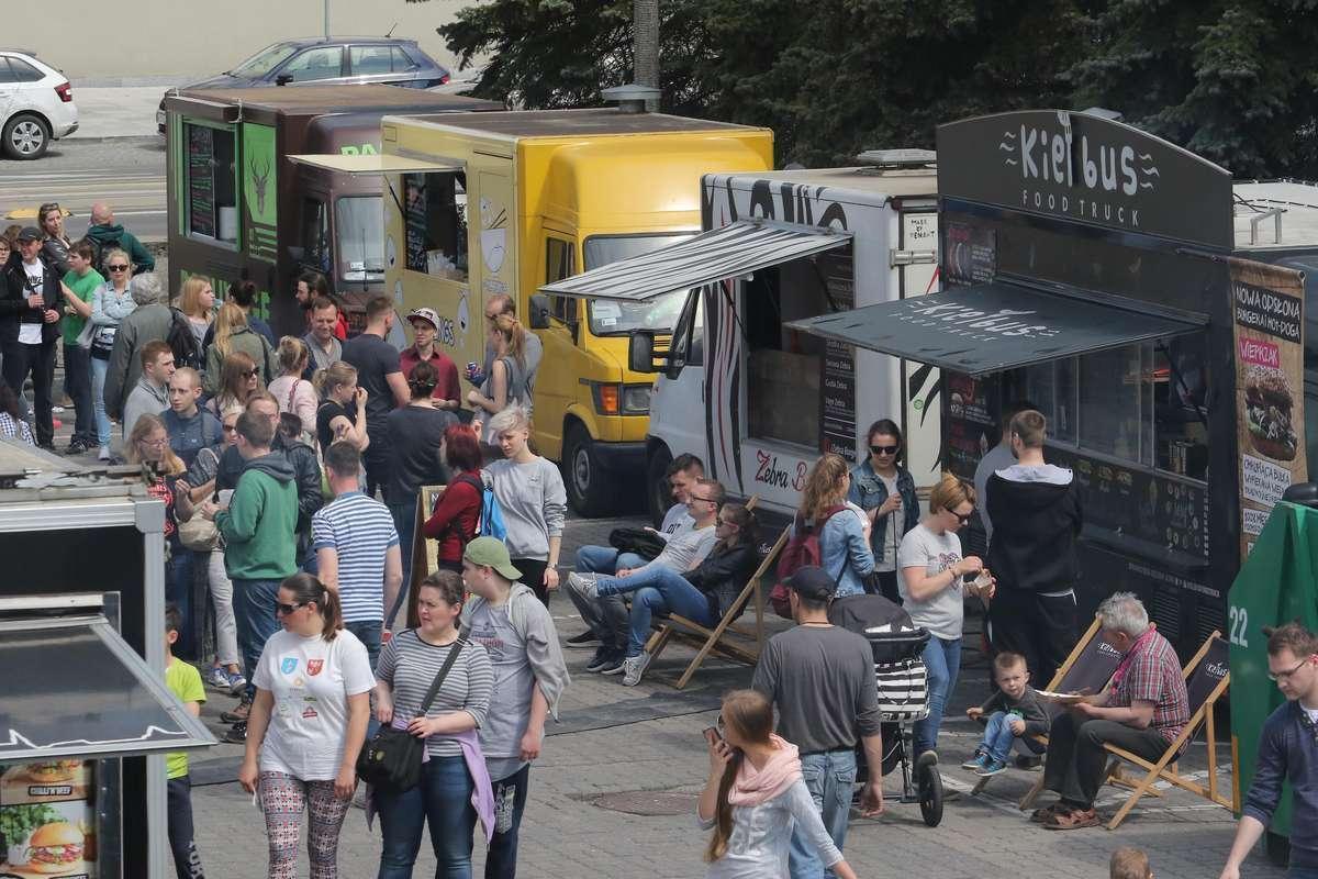 Zdjęcie ilustracyjne — II Festiwal food trucków w Olsztynie - Plac Dunikowskiego - full image