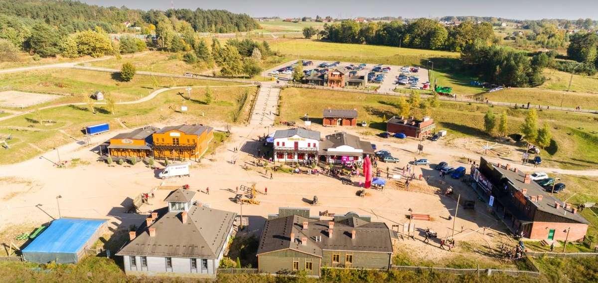 Festyn rodzinny w miasteczku westernowym - full image