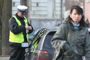 Szarżował autem po parkingu. Został ukarany mandatem.