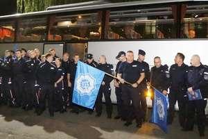 Policjanci pokazują swoją siłę
