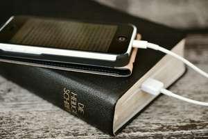 Korzystanie z telefonu w kościele, jest złe? Niekoniecznie