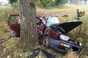 Tragiczny poranek. Pasażer zginął po zderzeniu z drzewem [zdjęcia]